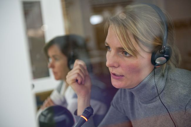 """Zwei Dolmetscherinnen im Einsatz am """"Weltempfang"""", dem """"Zentrum für Politik, Literatur und Übersetzung"""", mit Leichtgewicht-Stereokopfhörern von Bosch."""