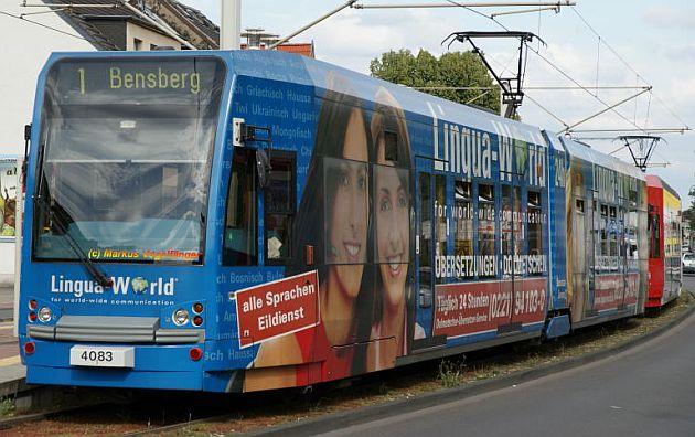 Die Lingua-World-Straßenbahn in Köln.