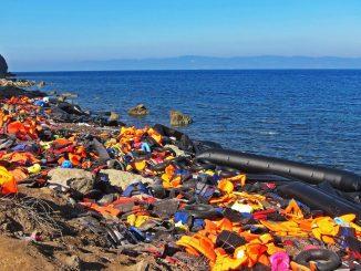 Schwimmwesten und Rettungsboote an griechischem Strand